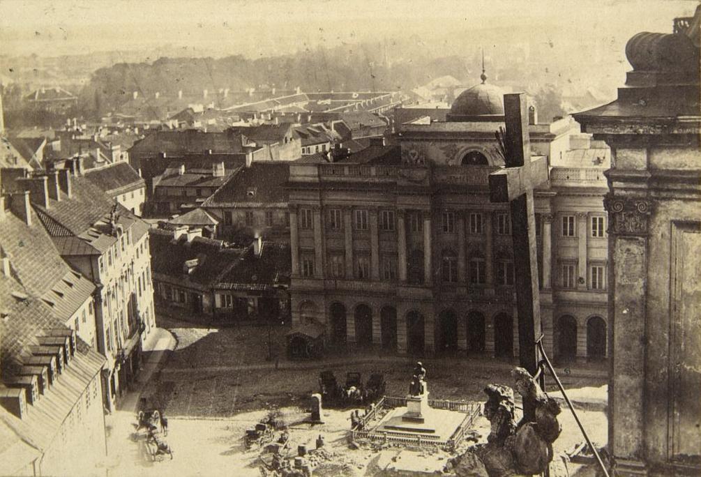 Widoczny Pałac Staszica ipomnik Kopernika, zdjęcie zwieży kościoła śwętego Krzyża